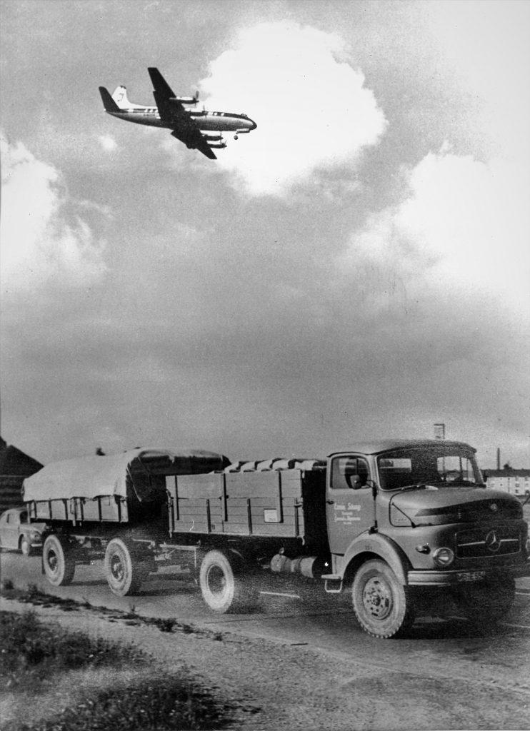 LKW mit Flugzeug um 1950